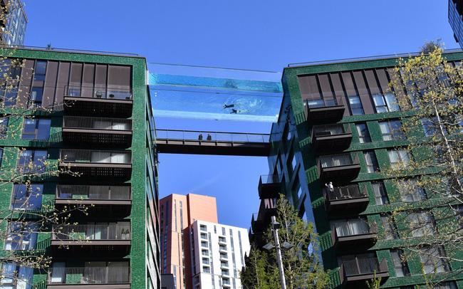 """Độc đáo, """"hồ bơi giữa trời"""" vắt ngang 2 tòa nhà ở London (Anh) - ảnh 4"""