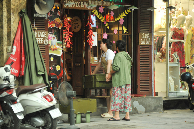 Sidewalk eateries in Hanoi will be temporarily shut down from 5pm on May 3
