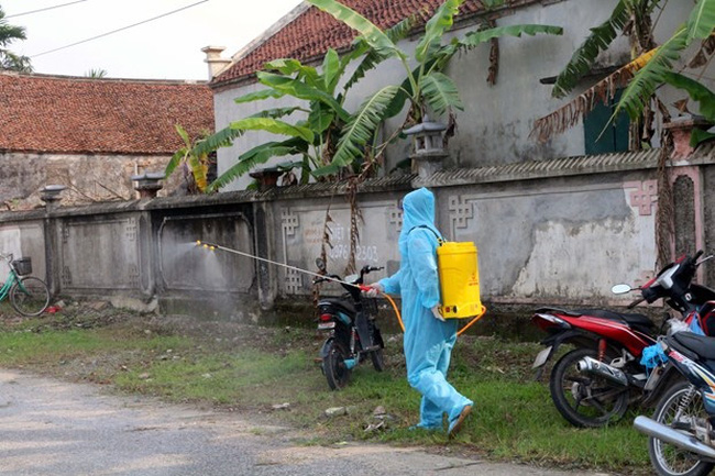 A medial worker disinfects Quan Nhan hamlet of Nhan Dao commune, Ha Nam province's Ly Nhan district, on April 29 after a man returning home there was confirmed to be a COVID-19 case, Patient 2,899 (Photo: VNA)