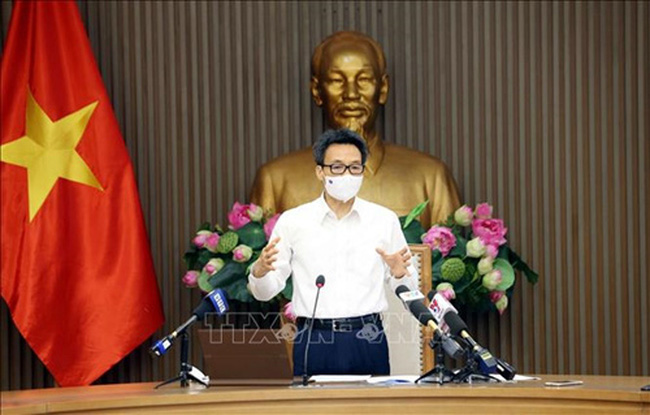 Deputy Prime Minister Vu Duc Dam speaking at the meeting