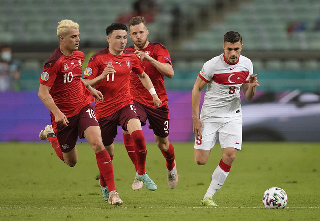 Soccer Football - Euro 2020 - Group A - Switzerland v Turkey - Baku Olympic Stadium, Baku, Azerbaijan - June 20, 2021 Turkey's Dorukhan Tokoz in action with Switzerland's Granit Xhaka, Ruben Vargas and Silvan Widmer. (Photo: Reuters)