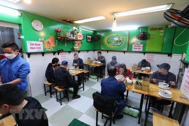 Indoor dining venues in Hanoi reopen from 0:00 on June 22.