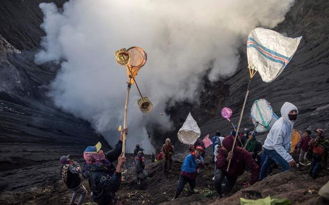 Hàng nghìn người trèo lên miệng núi lửa ở Indonesia để cúng tế - ảnh 7