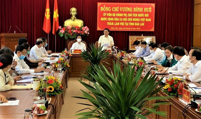 Chairman of the National Assembly Vuong Dinh Hue speaks during a working session with the Dak Lak provincial Party Committee's Standing Board on June 30. (Photo: VNA)