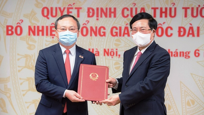 Deputy PM Pham Binh Minh presents the appointment decision to Do Tien Sy.