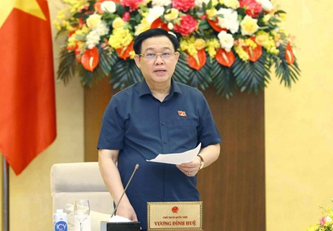 NA Chairman Vuong Dinh Hue speaks at the meeting.