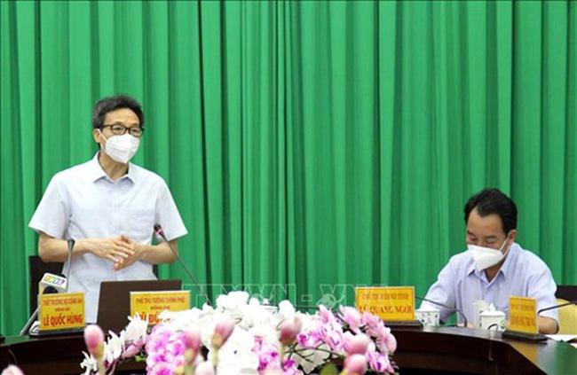 Deputy Prime Minister Vu Duc Dam speaks at the meeting.