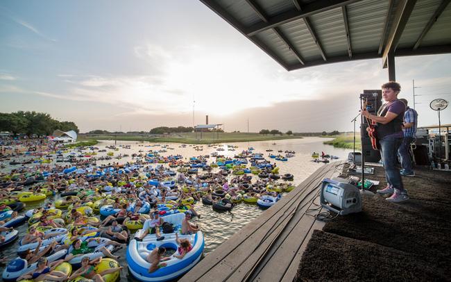 Trải nghiệm thả trôi xem concert trên sông ở Texas (Mỹ) - ảnh 6
