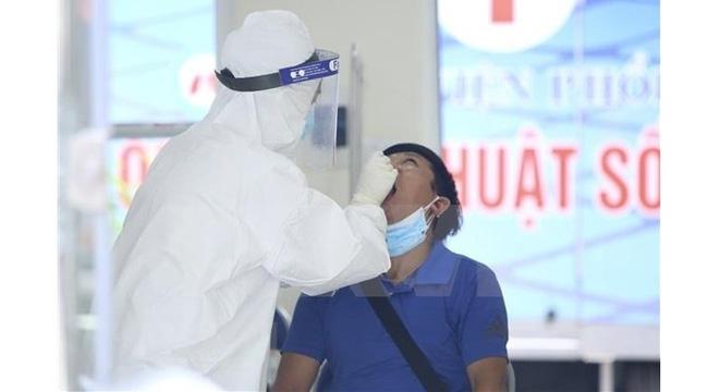 Staff of Hanoi Lung Hospital having samples taken for COVID-19 testing. (Photo: VNA)