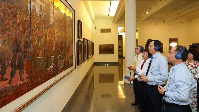 Experience of iMuseum app at the Vietnam Fine Arts Museum. (Photo: NDO)