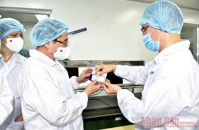 PM: Vietnam must be able to produce COVID-19 vaccines no later than June 2022. (Photo: Nhat Bac)