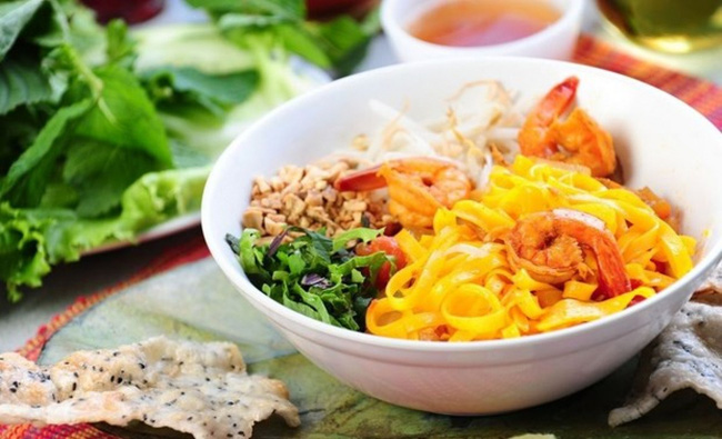 Mi Quang, Quang Nam-style flat rice noodle with pork, shrimps and fresh herbs. (Photo: Shutterstock)