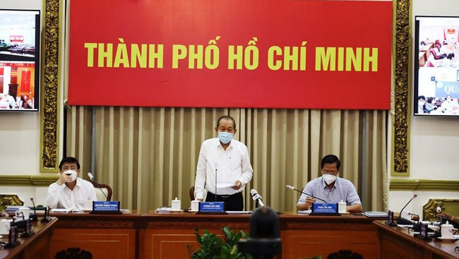 Deputy PM Truong Hoa Binh speaking at the meeting with Ho Chi Minh City leaders.