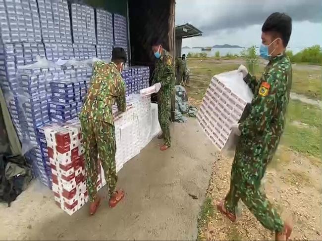 Kiên Giang: Bắt vụ buôn lậu thuốc lá rất lớn bằng đường biển từ Campuchia vào Việt Nam - ảnh 3
