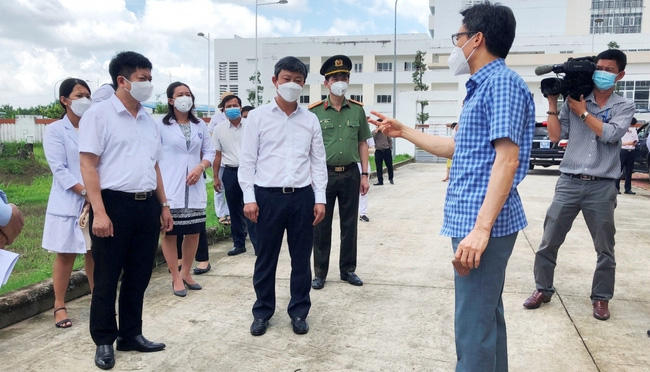 Deputy PM Vu Duc Dam gives suggestions to Di An city and Binh Duong province in the prevention and control of the COVID-19 pandemic. (Photo: tuoitrethudo.com.vn)