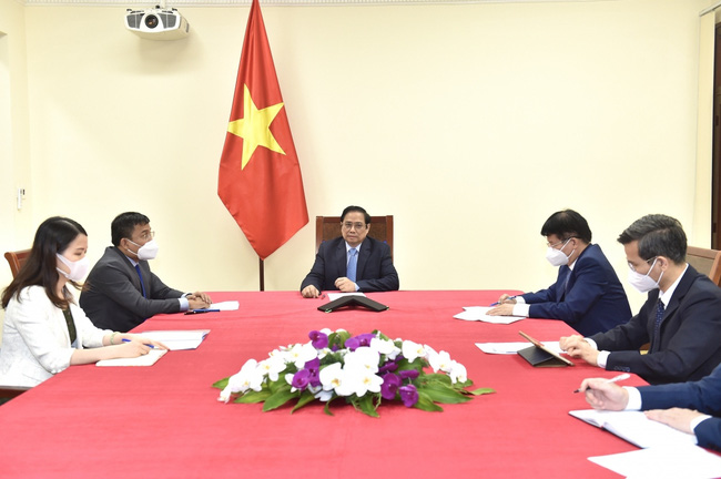 PM Pham Minh Chinh suggestes that Pfizer speed up its COVID-19 vaccine delivery to Vietnam during his phone call with Pfizer Chairman and CEO Albert Bourla.