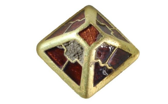 """Phát hiện """"kim tự tháp"""" bằng vàng hơn 1.400 năm tuổi tại Anh - ảnh 3"""