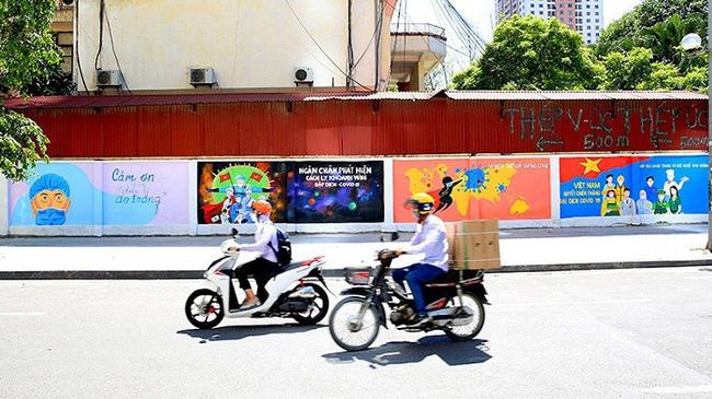 A part of 200-meter-long mural along a wall at Vu Trong Khanh Street, Ha Dong District. (Photo: tienphong.vn)