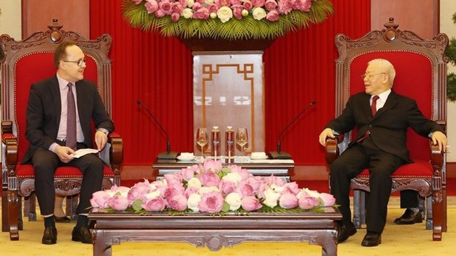 Party General Secretary Nguyen Phu Trong (right) receives Russian Ambassador to Vietnam Gennady Bezdetko (Photo: VNA)