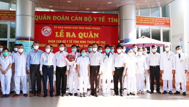 Leaders of Ninh Thuan Province encourage medical workers to support Ho Chi Minh City. (Photo: NDO)