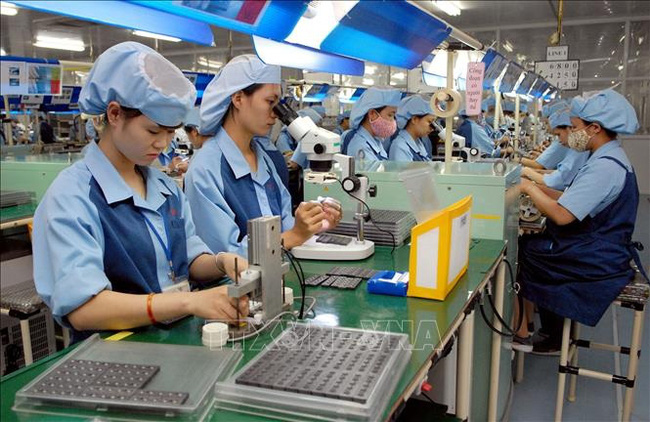 Workers manufacture electronic components at the Japan-invested Canon Electronics Vietnam Company Limited at Pho Noi A Industrial Park in Van Lam District, Hung Yen Province. (Photo: VNA)