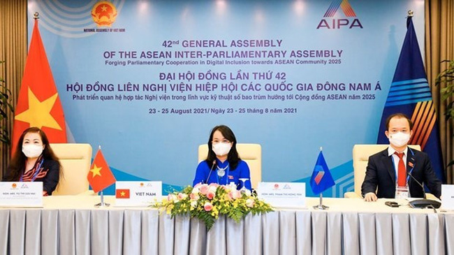 Pham Thi Hong Yen, permanent member of the Vietnamese National Assembly's Committee for Economic Affairs, speaks at the AIPA committee's meeting (Photo: VNA)