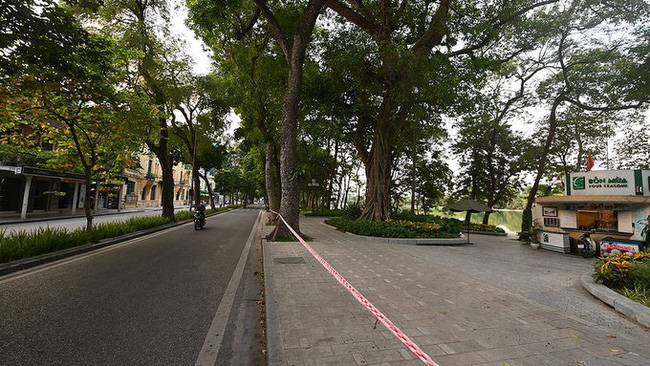 Hanoi's streets are deserted during social distancing days. (Photo: NDO)