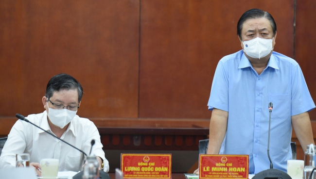 Minister of Agriculture and Rural Development Le Minh Hoan speaking at the session.