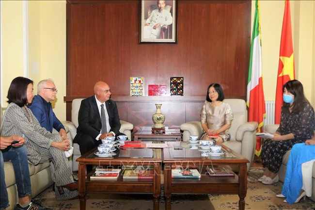Vietnamese Ambassador to Italy Nguyen Thi Bich Hue holds talks with medical team 118. (Photo: VNA)