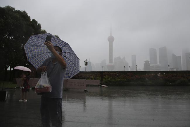 Trung Quốc sơ tán hàng trăm nghìn dân tránh bão Chanthu - ảnh 7