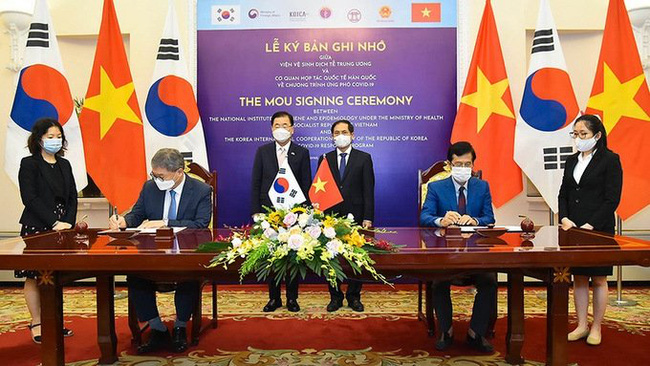 Vietnam and the ROK signing a Memorandum of Understanding on the cooperation for coping with COVID-19. (Photo: Foreign Ministry)