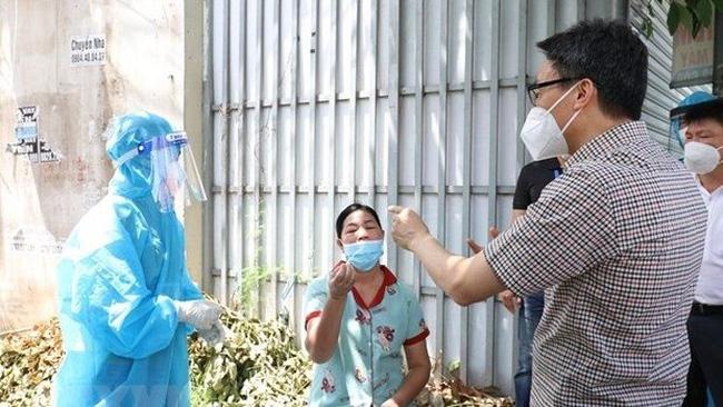 Deputy Prime Minister Vu Duc Dam inspects a testing area in Binh Duong (Photo: VNA)