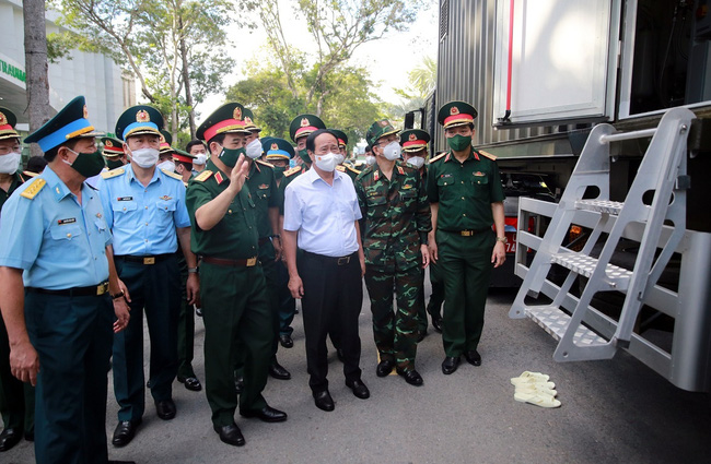 Deputy Prime Minister Le Van Thanh inspects a specialised truck producing oxygen for the treatment of COVID-19 patients at Military Hospital 175. (Photo: VGP)