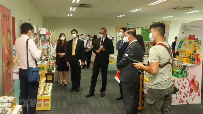 Vietnamese products are introduced to Singaporean companies at the event. (Photo: VNA)