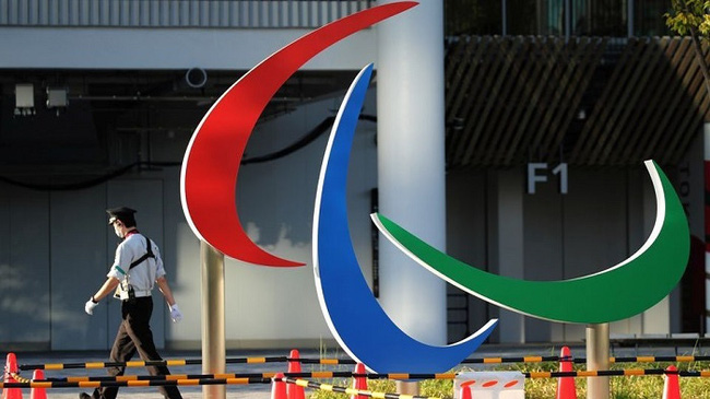 A security guard walks past the symbol of the Paralympic Games under installation at the National Stadium, the main venue of the Tokyo 2020 Olympic and Paralympic Games in Tokyo, Japan. (Photo: Reuters)