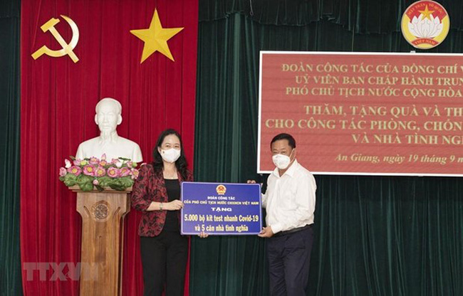 Vice President Vo Thi Anh Xuan presents the token of the gifts to An Giang province. (Photo: VNA)