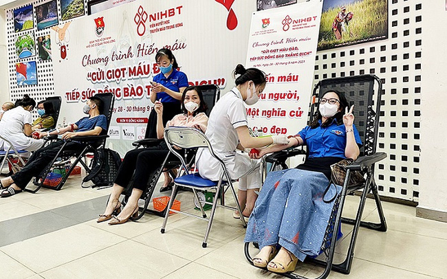 Youth union members of Nhan Dan (People) Newspaper donating their blood at the event.