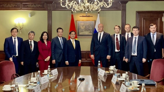 At the meeting between Vietnamese Minister of Foreign Affairs Bui Thanh Son (fifth from left) and Russian Deputy Prime Minister Dmitry Chernyshenko. (Photo: baoquocte.vn)