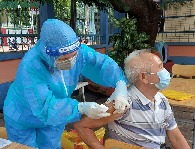 Nguyen Minh Huy, a resident in Binh Duong's Thu Dau Mot, gets the first COVID-19 vaccine jab.