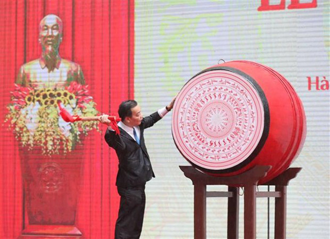 Chairman of the Hanoi People's Committee Chu Ngoc Anh beats a drum to kick off the new school year. (Photo: VNA)