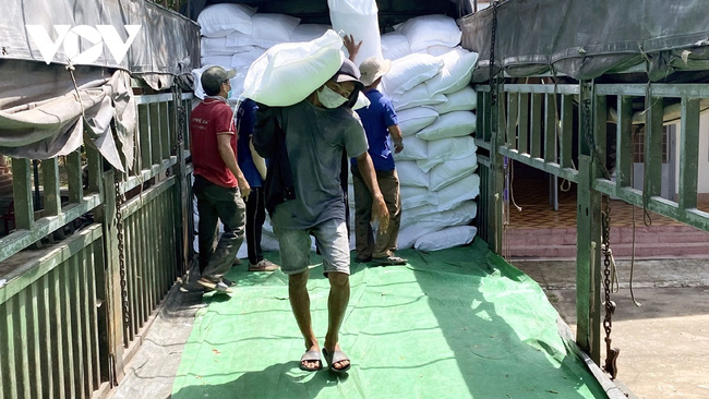 People in Dak Lak province have received rice from local national reserves to overcome difficulties caused by COVID-19.