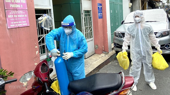 Military medical staff at Mobile Medical Station No. 1, Ward 6, Tan Binh District, Ho Chi Minh City, bring necessary equipment to the houses of COVID-19 infections for home treatment. (Photo: VNA)