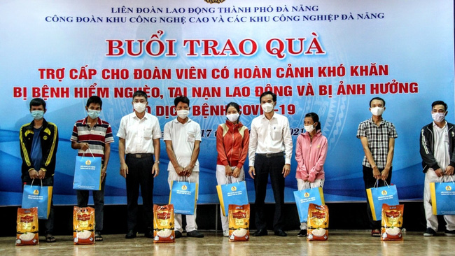 Workers affected by COVID-19 receive support from a trade union organisation in Da Nang.