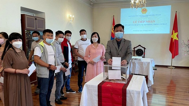 Staff from the Vietnamese Embassy in Mongolia along with overseas Vietnamese in the host country make donations to support COVID-19 prevention and control efforts in Vietnam. (Photo: Vietnamese Embassy in Mongolia)