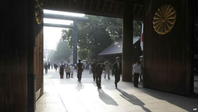 Một Bộ trưởng trong Chính phủ của Thủ tướng Nhật Bản Shinzo Abe và gần 160  nghị sĩ Quốc hội nước này hôm nay (18/10) đã viếng thăm ngôi đền Yasukuni ở  ...