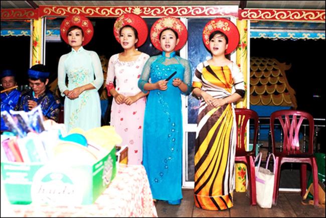 Các nghệ sĩ biểu diễnca Huế trên sông Hương