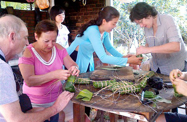 Khách nước ngoài trải nghiệm Tết Việt | VTV.VN