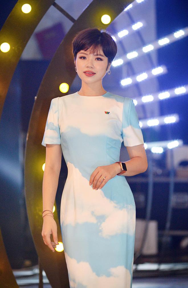 Loạt váy đơn sắc nhưng vẫn nổi bần bật của các nữ MC, BTV - ảnh 16