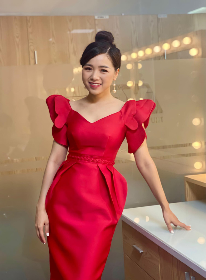 Loạt váy đơn sắc nhưng vẫn nổi bần bật của các nữ MC, BTV - ảnh 48