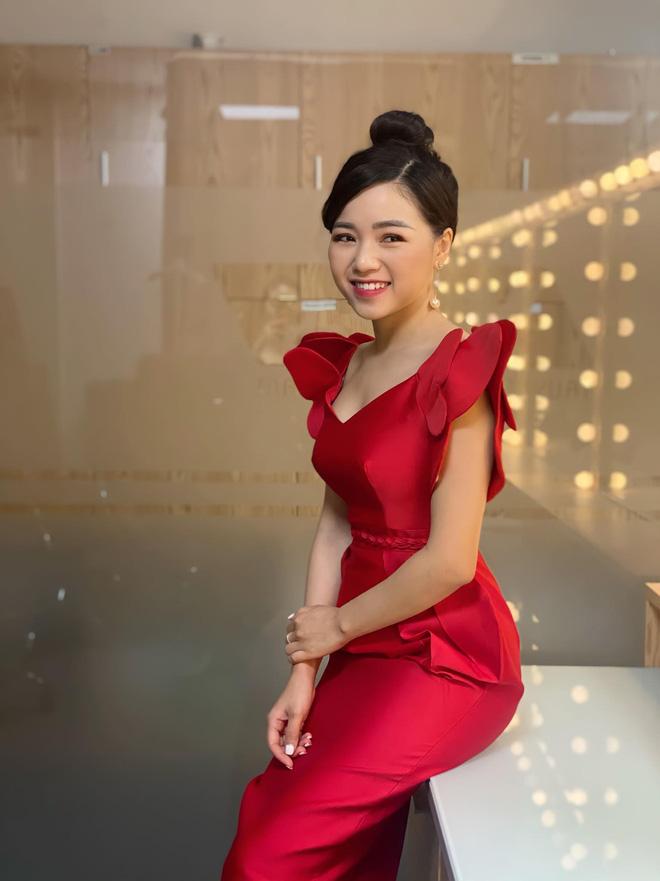 Loạt váy đơn sắc nhưng vẫn nổi bần bật của các nữ MC, BTV - ảnh 47